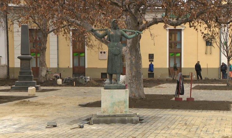 Megszépül a Kálvin tér – Új utcabútorok és zöldfelület a belvárosban