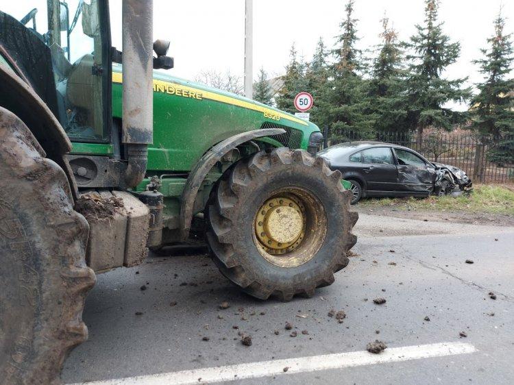 Traktorral ütközött egy személyautó Nagyszállásnál, a kár milliós