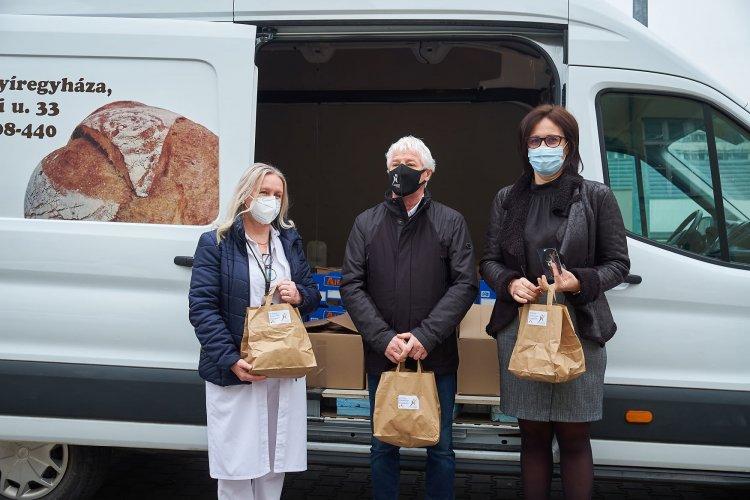 500 ajándékcsomag érkezett a kórházba a Vállalkozók Nyíregyházáért Egyesülettől
