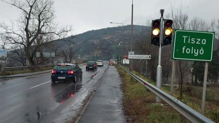 Megszűnt a forgalomkorlátozás a tokaji Rákóczi hídon, a kerékpársáv egy része elkészült