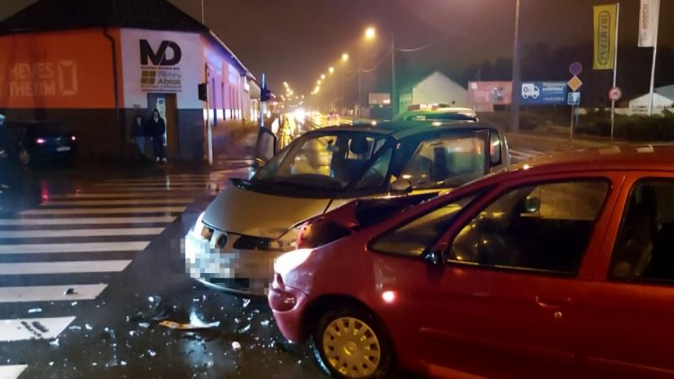 Ketten is megsérültek a 4-es főútvonal Család utcai csomópontjában történt balesetben