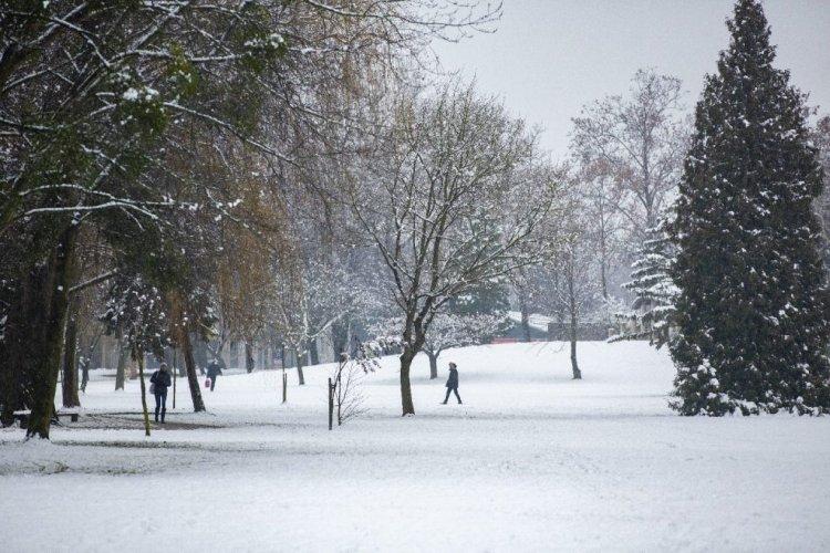 Leesett az idei első hó, a Dunántúlon máris fennakadásokat okoz