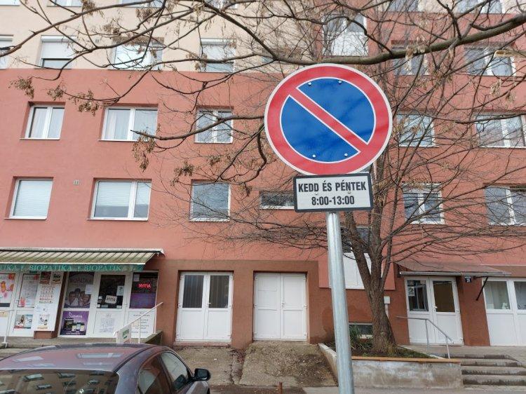 A hulladékszállítás idejére megállási tilalom lépett érvénybe az Ungvár sétány 35. számnál