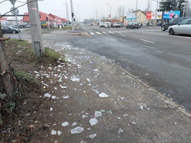Kamionok és a ponyvás autók figyelem! Balesetet okozhatnak a tetőről leeső jégdarabok
