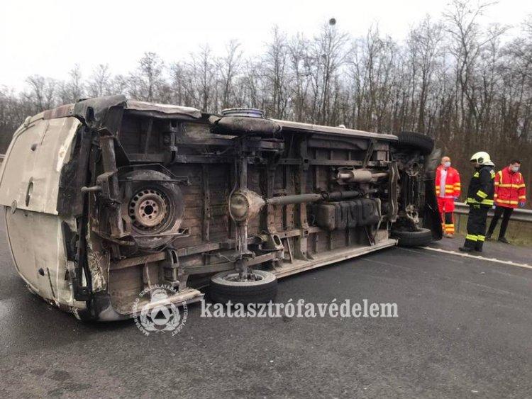 Az oldalára borult és keresztbe fordult egy kisbusz az M3-as autópályán, Nagykállónál