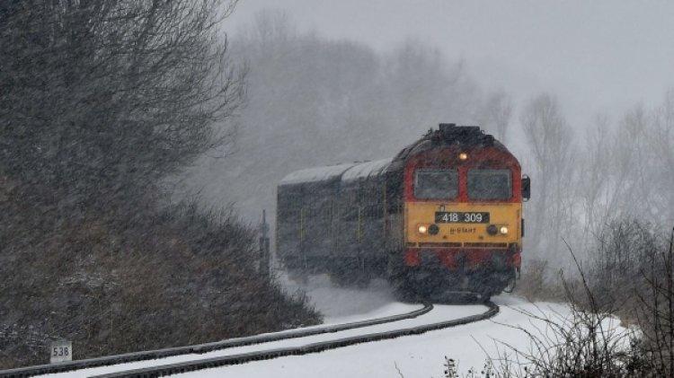 Több vonat nem jár, nőtt a buszok menetideje a havazás miatt