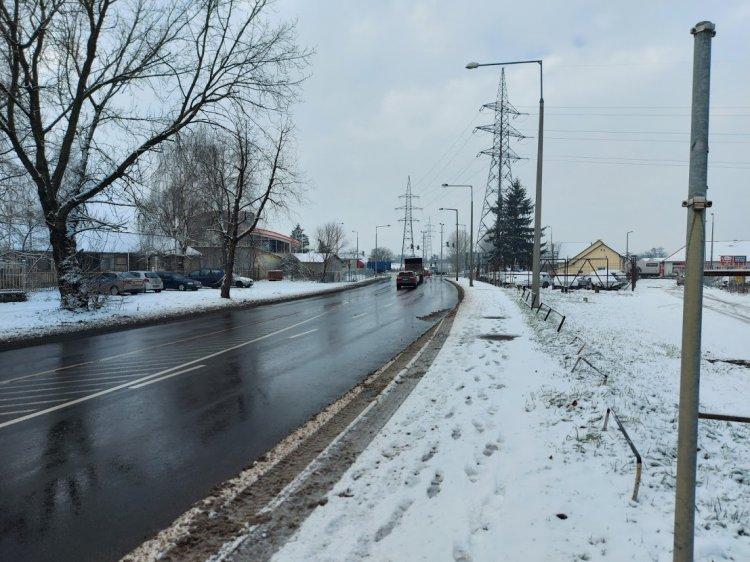 Eltűnt egy besorolást jelző közúti KRESZ-tábla a Tünde utcáról