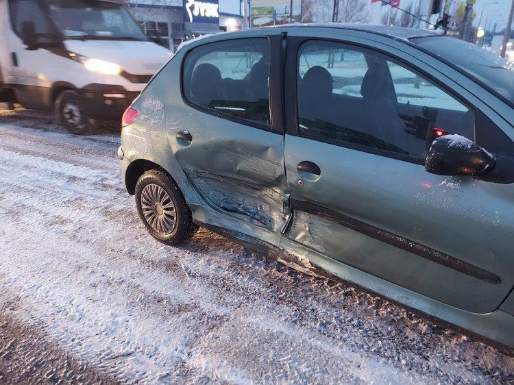 Szabálytalanul kanyarodó autó ütközött egy szabályosan közlekedővel a Törzs utcán