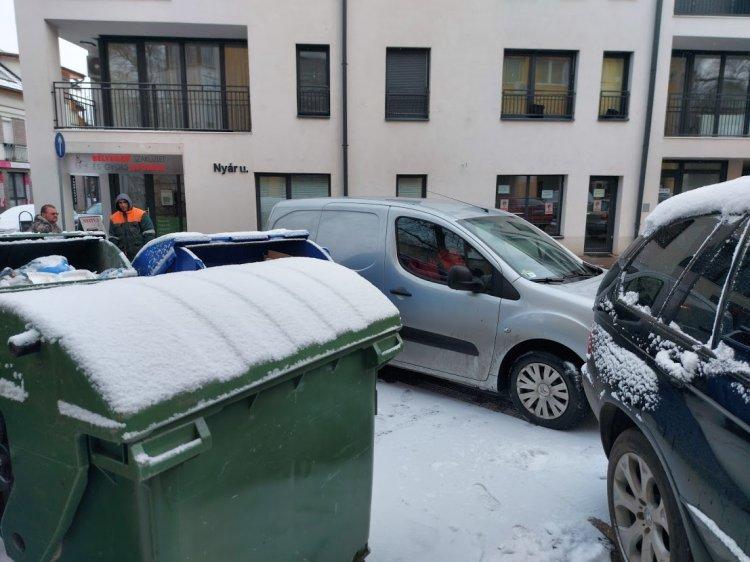 Akadályozta a hulladékszállítást több szabálytalanul parkoló személyautó is a Nyár utcán