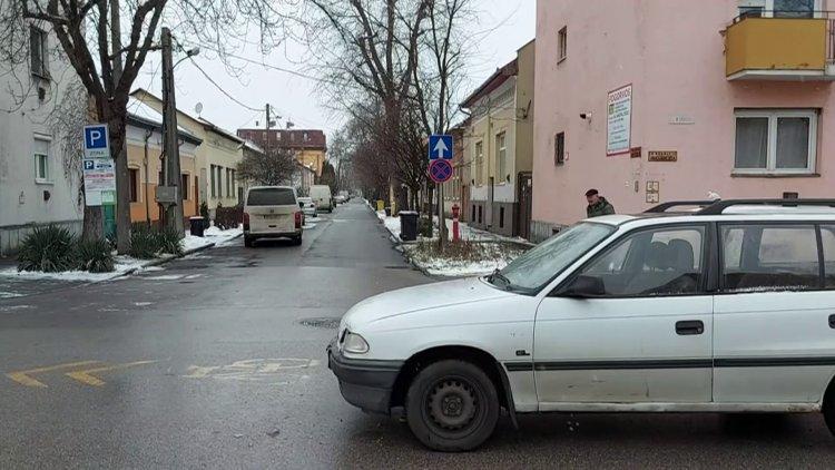 Személyautó és kisbusz ütközött az Arany János utca és Deák Ferenc utca kereszteződésében