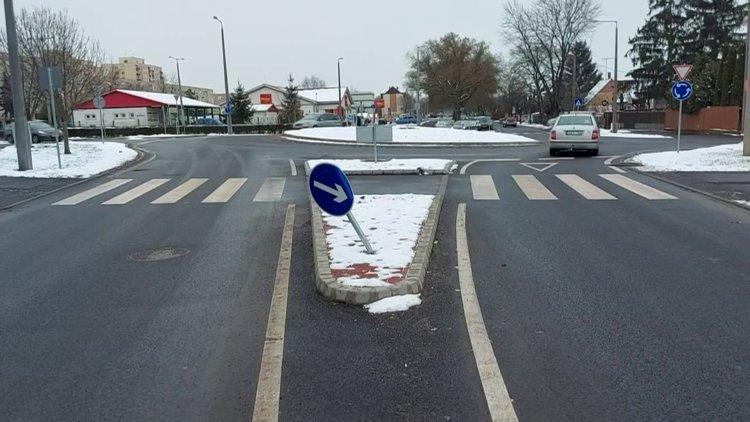 Felhajtott a járdaszigetre és kikerülést jelző táblának ütközött egy jármű a Család utcán