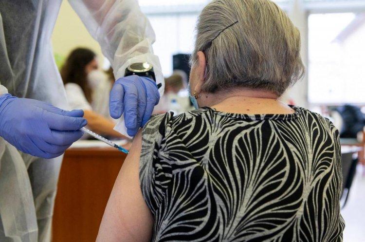 Hétvégén újabb idősotthonokban folytatódik a védőoltások beadása
