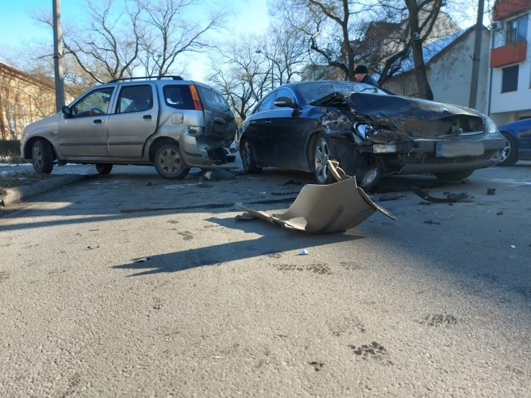 Tolatás közben ütközött egy személygépkocsi egy másik járműnek, totálkárosra törtek