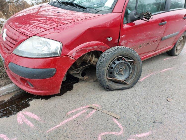 Félfrontálisan ütközött két autó hétfő reggel a Tüzér utcán, egy személy megsérült