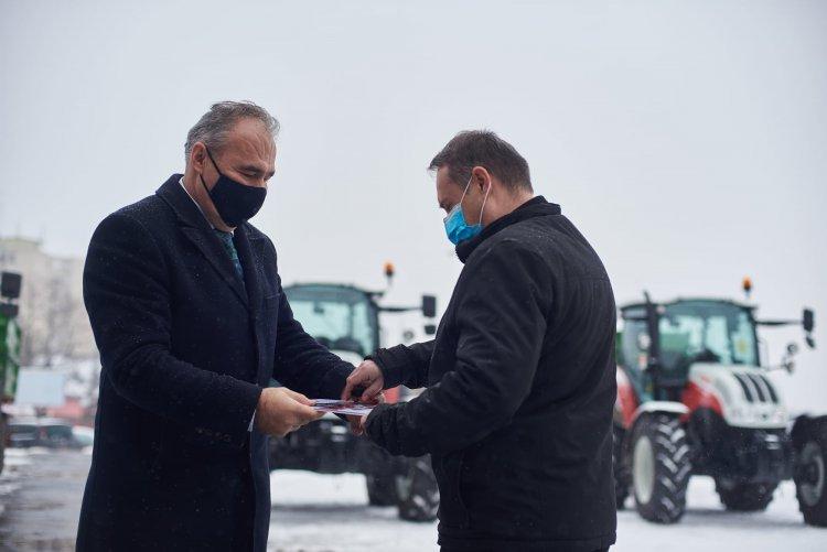 22 oktatási intézmény kap vadonatúj traktorokat, kisbuszokat és személygépjárműveket