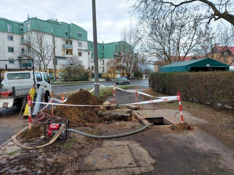 Helyreállítási munkálatokat végez a Nyírtávhő, felbontották a járdaburkolatot