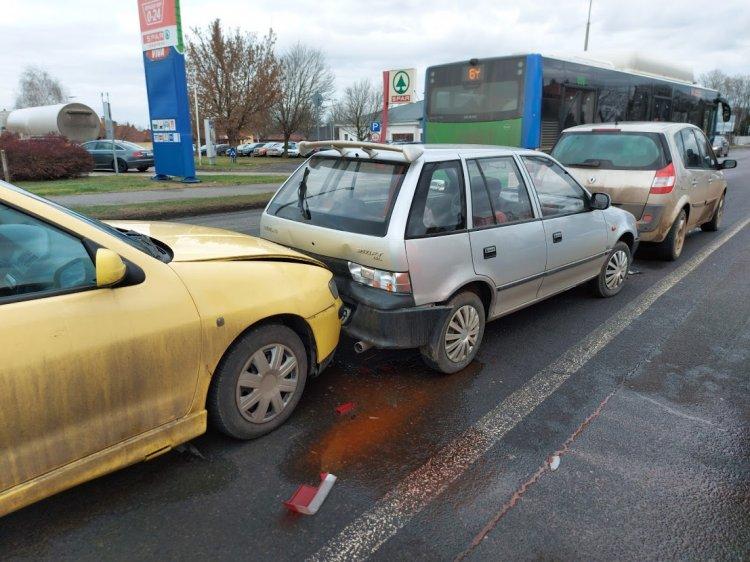 Ráfutásos, hármas karambol történt csütörtökön a Tiszavasvári úton
