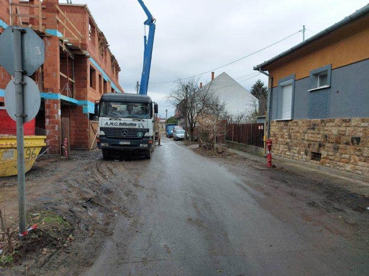 Fokozott figyelemmel közlekedjenek – Sávszűkítés építési munkák miatt a Tóth Árpád utcán