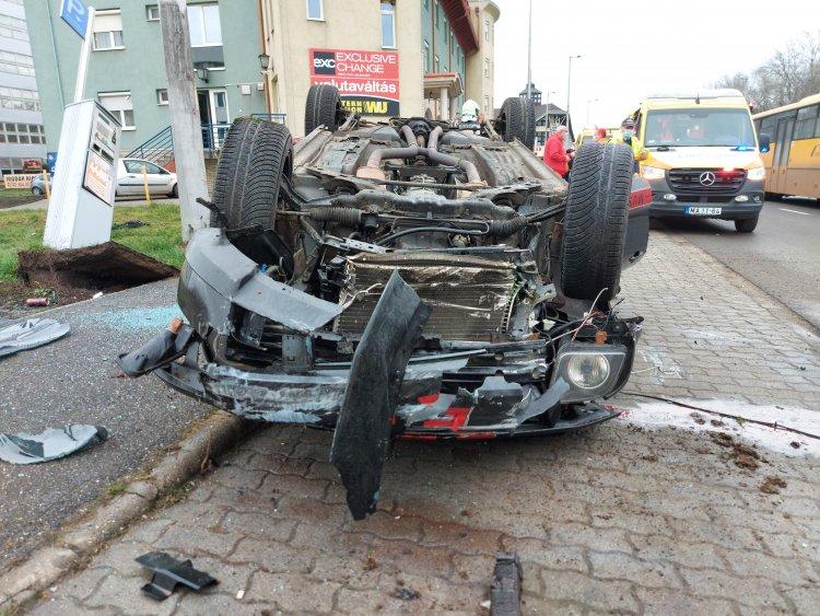 Megsodródott, majd a feje tetejére állt egy autó a Hunyadi utcán
