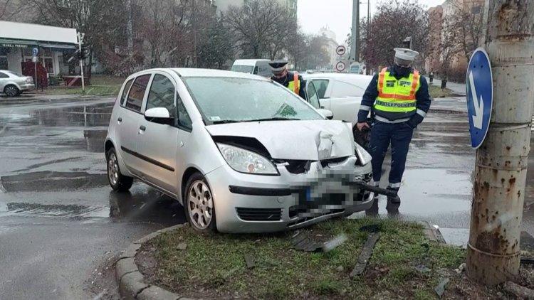 Útpadkának, majd villanyoszlopnak csapódott egy kanyarodó jármű a Ferenc körúton