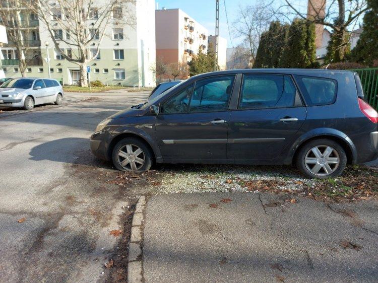Több helyen is használaton kívüli járművek akadályozzák a forgalmat a városban