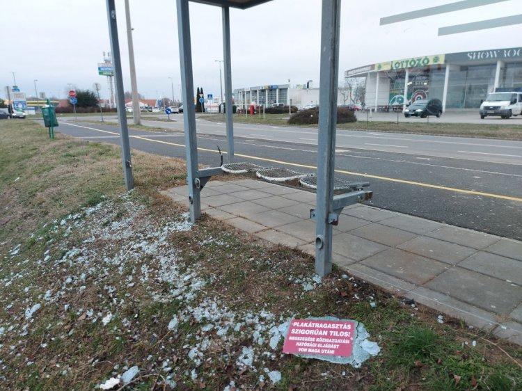 Megrongáltak egy buszmegállót a Kosbor utcán, a rendőrség eljárást indított