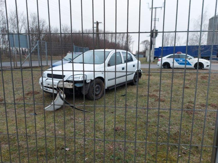 Megcsúszott, majd táblának és kerítésnek ütközött egy jármű Mandabokornál