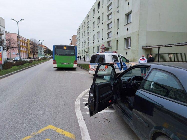 Autóbuszra nyitotta az ajtaját egy parkoló jármű az Arany János utcán
