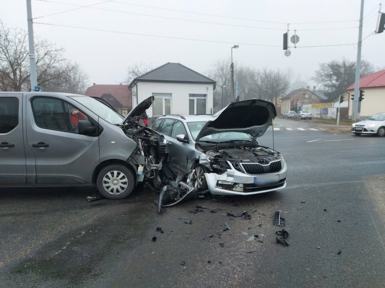 Jelentős anyagi kárral járó baleset történt kedd reggel az Orosi úti kereszteződésben