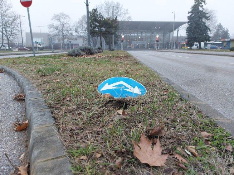 KRESZ-táblákat rongáltak az Arany János utcán