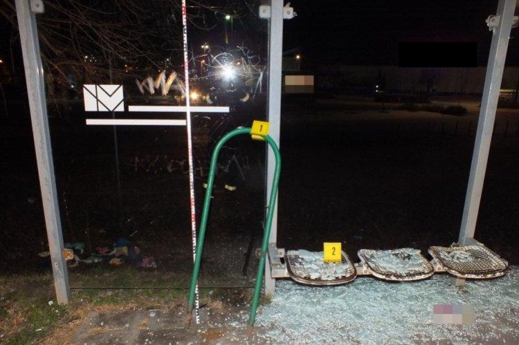 Megrongáltak egy buszmegállót Nyíregyházán: a rendőrök tetten érték őket