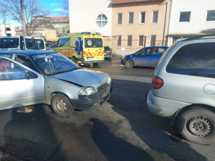 Ráfutásos baleset történt a Szent István és Ady Endre utcai csomópontnál