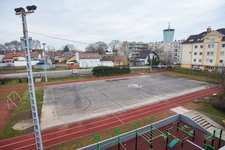 Új, modern kézipályák az Arany és a Vasvári gimnáziumban