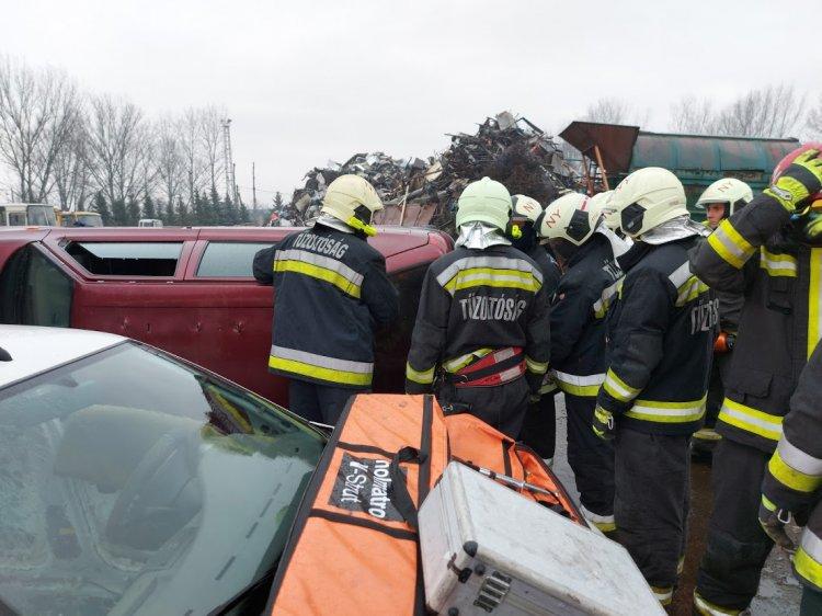 Gyakorlatot végeztek a katasztrófavédők: ez a szakszerű eljárás autóba szorult személynél