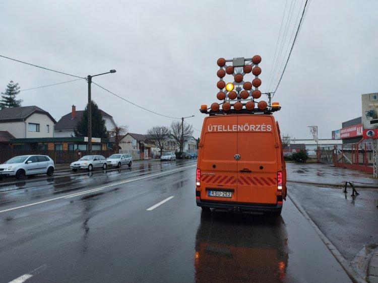 Úthibákat jelöl, az esős idő után pedig kátyúzási munkákat végez a Magyar Közút