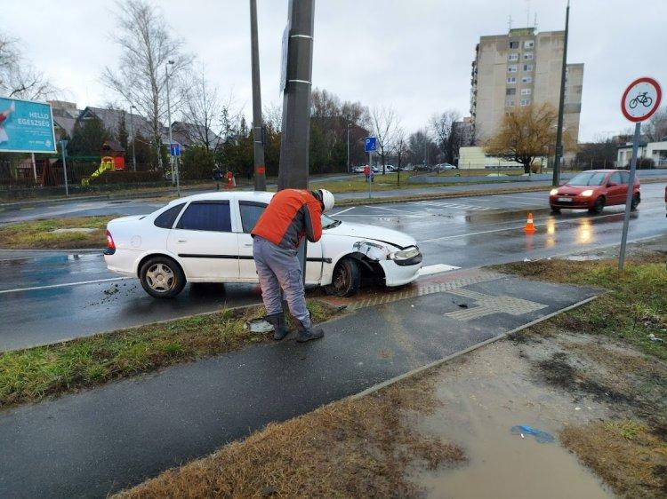 Útpadkának, majd villanyoszlopnak ütközött egy jármű a Semmelweis utcán