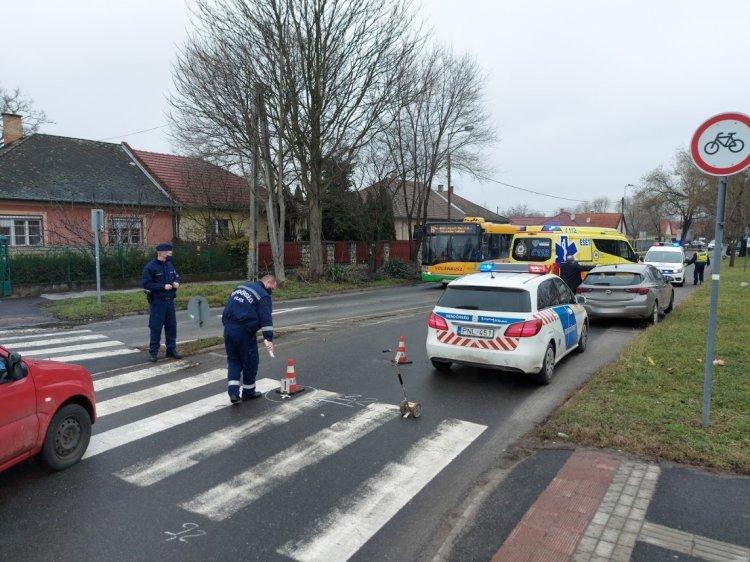 Gyalogost gázoltak a Semmelweis utcai körforgalomnál, kórházba szállították a sérültet