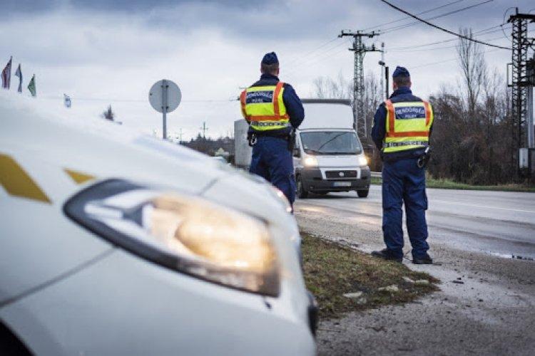 Rendőrségi ellenőrzés az utakon – Teherautókat és buszokat állít meg a hatóság