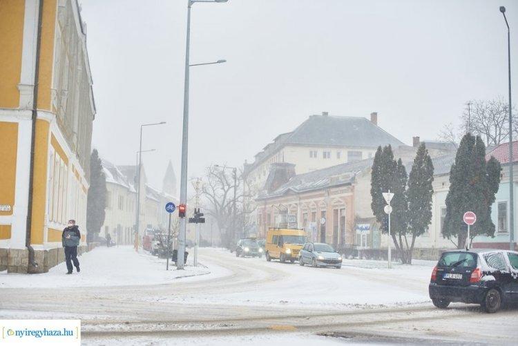 Hóhelyzet – A hajnali órákban még ónos eső esett, reggeltől már havazott