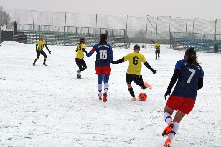 Hideg, havazás, csúszós talaj - Női labdarúgó bajnokit rendeztek Örökösföldön