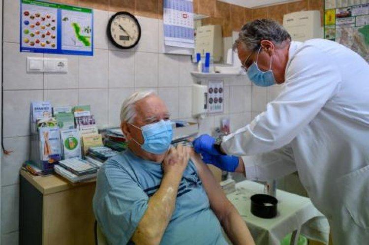 Mit kell tudni a regisztrált legidősebbek és a 60 év alatti krónikus betegek oltásáról?
