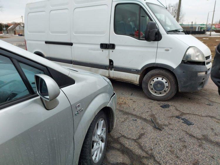 Egy személygépkocsi és egy haszonjármű ütközött szerdán, a Jég utcán
