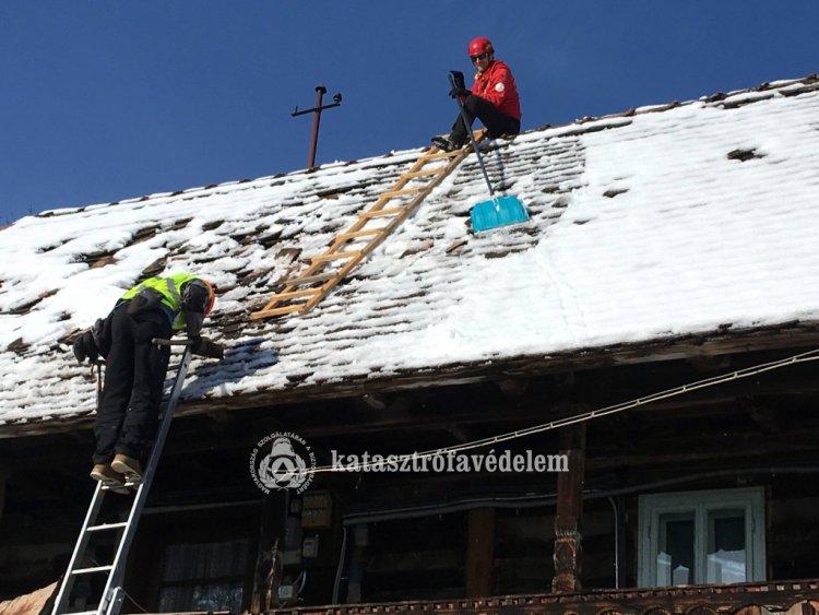 Katasztrófavédelem – Földrengés után: tetőt fedtek, segítettek!