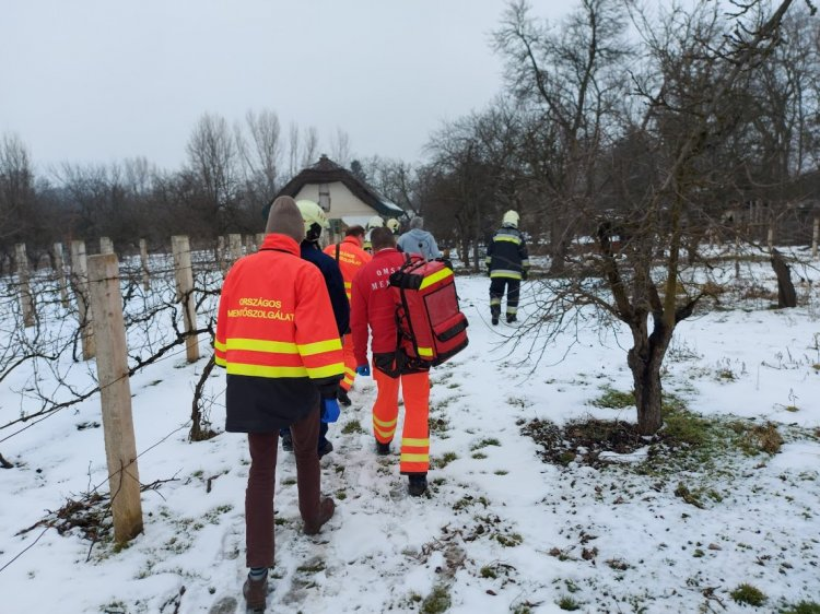 Példaértékű odafigyelés: szomszédai riasztották egy idős emberhez a mentőket
