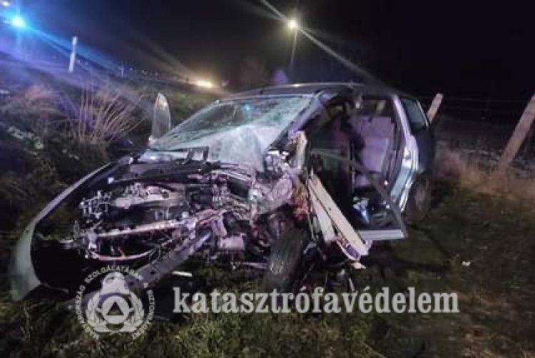 Frontálisan ütközött két személygépkocsi csütörtök este Nyírteleknél
