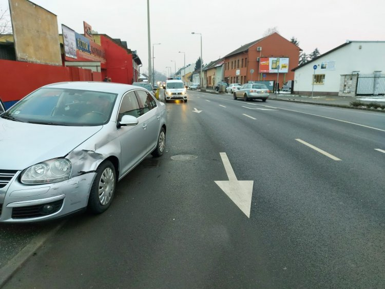 A Debreceni úton a Kígyó utca közelében két személyautó ütközött