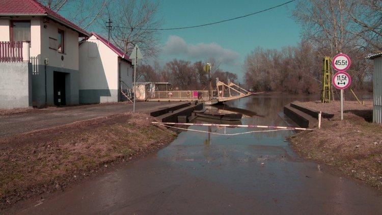 Nem üzemel a balsai komp – A Tisza áradása miatt egy hete nem tud közlekedni