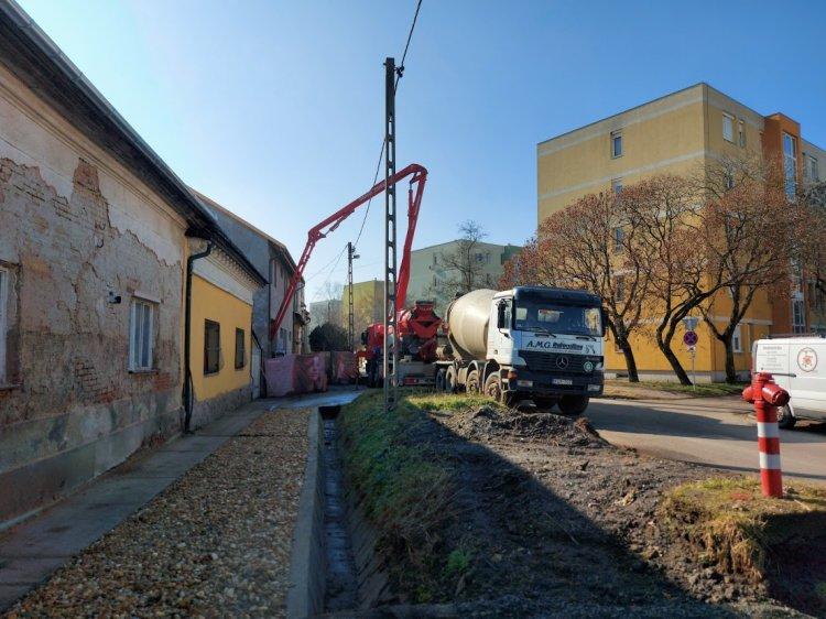Fokozott figyelemmel közlekedjenek – Sávszűkítés építési munkák miatt a Tompa Mihály utcán