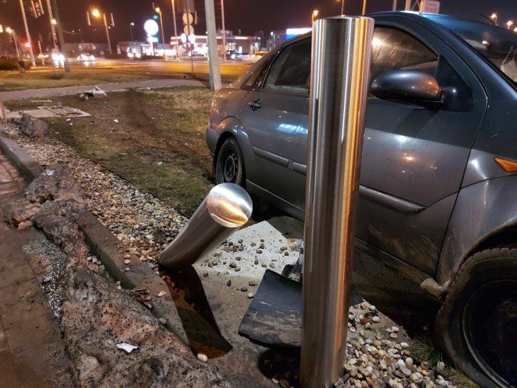 Felrohant a járdára és villanyoszlopot tört ki egy jármű a Pazonyi útnál