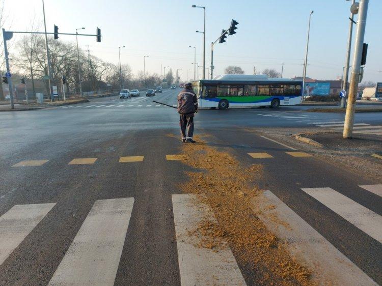 Ideiglenesen lezárták a Debreceni út egy szakaszát, nagy mennyiségű olaj folyt a területre
